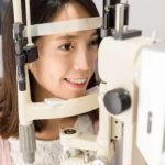 Ano ang Astigmatism: Mga Sintomas at Gamot